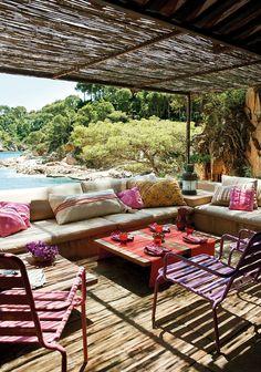 Una colorista ventana al mar  Este es el porche informal de una coqueta casita…