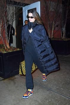 Kendall Jenner wearing a oversized black open front nylon quilted long jacket with extra long sleeves and stand-up collar Celebrity Style Inspiration, Celeb Style, Model Street Style, Model Outfits, Autumn Street Style, Kardashian Style, Long Jackets, Kendall Jenner Outfits, What To Wear