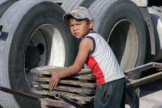 Niños Sin Infancia El hambre y la otra cara de la Pobreza Por Claudia Ramírez Marin Hace solo unos días a nivel internacional se conmemoró el Día Internacional contra La Explotación Laboral Infanti…