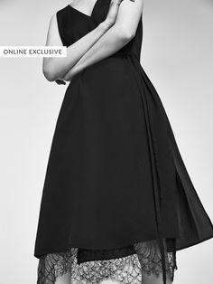 Narin kumaş karışımından üretilmiş, fiyonk ve etek ucu dantel şerit detaylı elbise. Düz kesim, V yaka, kolsuz ve iç astar. 38 beden için giysi uzunluğu 164,5 cm.