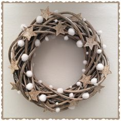 ...stelle... Burlap Christmas, Christmas Stuff, Christmas Wreaths, Christmas Decorations, Xmas, Wreath Making, How To Make Wreaths, Snow, Christmas Decor