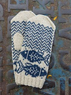 I am a big fan of fish; I love their somewhat grumpy expressions and their rather blank, beady-eyed stares. If there's a body of water chances are someone fishy is about. Work these mitts for the ichthyophile (or the Pisces) in your life.