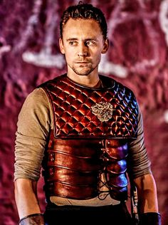 "Tom Hiddleston ?@thomas hiddleston 17 Déc  ""Now put your shields before your hearts and fight / With hearts more proof than shields. Advance, my fellows!"" #Coriolanus @DonmarWarehouse"
