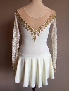 Robe de patinage artistique par des conceptions de Matthews Kelley qui est faite à vos mesures. Vous pouvez faire cette magnifique robe de votre propre avec votre custom sélection teintées couleur--il suffit de sélectionner votre choix dans le menu déroulant ci-dessus. Ne voyez