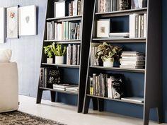 La libreria Estoril di Cattelan Italia presenta una forma semplice e lineare. La struttura è in MDF laccato con una leggera goffratura antiscivolo.