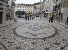 Padrão de estrelas em pedra preta formam belo tapete em Calçada à Portuguesa, Lisboa - rua augusta