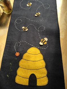 Bee hive and bee table runner measuring inches Cute Sewing Projects, Sewing Crafts, Felt Projects, Bee Crafts, Yarn Crafts, Bee Hive Plans, Bee Creative, Bee Skep, Wool Applique Patterns
