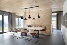 Petit tour d'horizon de meubles salle à manger originaux et design mis en valeur par des luminaires et suspensions sympathiques.…