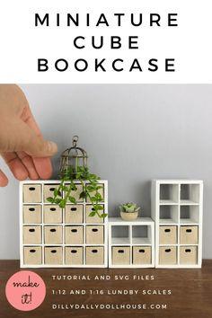 Diy Doll Miniatures, Dollhouse Miniature Tutorials, Miniature Crafts, Diy Barbie Furniture, Dollhouse Furniture, Modern Dollhouse, Diy Dollhouse, Doll House Plans, Cube Bookcase