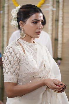 White Saree Blouse, Off White Saree, Silk Saree Blouse Designs, White Blouse Designs, Indian Blouse Designs, Looks Party, Indian Fashion Dresses, Saree Fashion, Indian Outfits