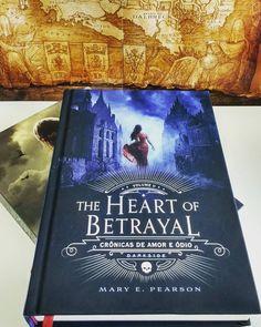 """Resenha de """"The Heart Of Betrayal"""" da Mary E. Pearson by @bibliomaniacas"""