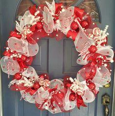 Deco mesh Christmas wreath! Christmas Mesh Wreaths, Christmas Mantels, Christmas Door, Deco Mesh Wreaths, Diy Christmas Gifts, Christmas Projects, Christmas Decorations, Door Wreaths, Holiday Decor