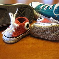 crochet baby shoes Treat little feet with these adorable crochet baby shoes! They are the perfect first pair of crochet converse for baby. This Crochet Baby Converse pattern by Suzan Crochet Baby Clothes, Crochet Baby Shoes, Crochet Slippers, Cute Crochet, Crochet For Kids, Baby Converse, Converse Shoes, Baby Boy Shoes, Baby Boots