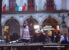 En Pátzcuaro: Conciertos al Aire libre en la Plaza Vasco de Quiroga.