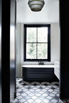 Home Design: Suzy Hoodless London Townhouse Monochrome Bathroom, Bathroom Trends, Free Standing Bath Tub, White Bathroom, Bathroom Flooring, Bathroom Design, Beautiful Bathrooms, Tile Bathroom, London Townhouse