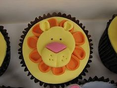 lion king cupcake Love This! Lion King Cupcakes, Jungle Cupcakes, Animal Cupcakes, Lion Birthday Party, Lion Party, Birthday Ideas, Jungle Theme Food, Safari Theme Party, Lion Cookies