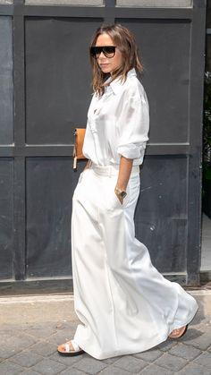 Victoria Beckham Wears White on White In Paris (Le Fashion) - Minimalist Style Victoria Beckham Outfits, Mode Victoria Beckham, Victoria Beckham Fashion, Fashion Mode, Look Fashion, Street Fashion, Fashion Outfits, Womens Fashion, Fashion 2018