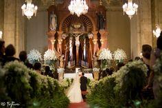 Elegante y Repleta de flores así luce esta iglesia decorada en cada rincón por enormes ramos de flores blancas., desde Feztiva.com