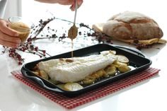 Merluza al horno con patatas confitadas Fish Dishes, Seafood Dishes, Fish And Seafood, Mexican Food Recipes, Diet Recipes, Good Food, Yummy Food, Salty Foods, How To Cook Fish