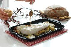 El confitado, es una técnica de cocina que consiste en cubrir el alimento con aceite y dejar que cueza lentamente. Merluza al horno con patatas confitadas.