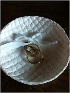 Lindo textura de pratinho porta aliança que você pode fazer com a técnica de biscuit que ensinei nesse tutorial: www.vestidosdelac... Já aprendeu?