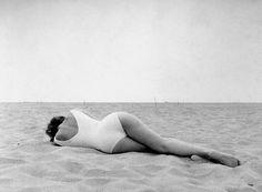 Leopoldo Pomés - Mujer en la Playa de Barcelona