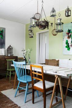 Ruokasali on keittiön vieressä erillisessä huoneessa. Pöytätasona toimiva ovi ja lipasto ovat Susanin mummolasta. Tuolit ovat osto- ja myyntiliikkeestä.
