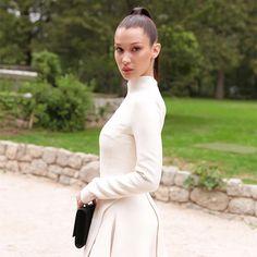 La mediana del clan Hadid continúa dando pasos agigantados en la industria. Ahora, de la mano de Dior tomando el relevo de otras muchas mujeres que permanecen en nuestra retina. Una vez más, Bella hace honor a su nombre y anuncia grandes noticias: se acaba de convertir en la nueva embajadora de la línea de …