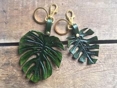Monstera Leaf Leather Keychain/ Monstera Bag Charm Leather Leaf, Leather Tooling, Leather Keychain, Leather Earrings, Feather Jewelry, Gifts For Nature Lovers, Leather Flowers, Leather Accessories, Artisanal