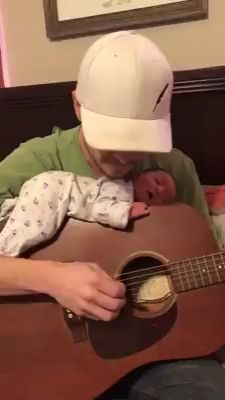 Background music not only relaxes .- Hintergrundmusik entspannt nicht nur… Background music awakens emotions, lifts the mood and connects people. ✅ According to new studies, it is even more productive … - Funny Babies, Cute Babies, Cute Baby Pictures, Funny Clips, Parenting Humor, Cute Gif, First Baby, Beautiful Moments, Cute Love