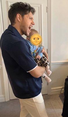 He atlast learnt how to hold a baby😂❤️ James Horan, Niall Horan Baby, Naill Horan, Irish Boys, Irish Men, Zayn Malik, Liam Payne, Louis Tomlinson, Larry