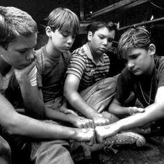 """""""Le cose più importanti sono le più difficili da dire, perchè le parole le immiseriscono...Così finiscono per giacere vicino al punto dov'è sepolto il vostro cuore...Questa è la cosa peggiore, quando il segreto rimane chiuso dentro non per mancanza di uno che lo racconti, ma per mancanza di un orecchio che sappia ascoltare."""" Stand by Me - Ricordo di un'estate. 1986 - diretto da Rob Reiner, tratto dal racconto Il corpo (The Body) di Stephen King. Colonna sonora Ben E. King."""