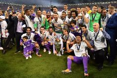 Real Madrid poses with the trophy after winning the UEFA Champions League final football match between Juventus and Real Madrid at The Principality Stadium in Cardiff, south Wales, on June 3, 2017. / AFP PHOTO / Glyn KIRK