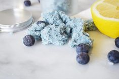 Blueberry Lemon Body Scrub - This exfoliating blueberry lemon scrub smells delicious and will leave your skin feeing super soft and polished. Don't spend money on expensive boutique scrubs when it's SO easy to make your own! #ExfoliatingBodyScrub Salt Face Scrub, Sugar Scrub For Face, Sugar Scrubs, Exfoliating Body Scrub, Diy Body Scrub, Zucker Schrubben Diy, Lemon Body Scrubs, Face Scrubs, Coconut Oil Body Scrub