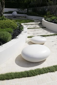 White curved raised beds and white paving, Robert Myers, Chelsea 2009