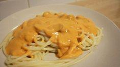 En una sartén grande o cacerola A fuego medio derretir la mantequilla. Una vez derretida la mantequilla añadir la cebolla picada, dorar por 1 o 2 minutos.