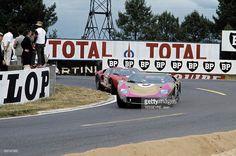 Motorsport 24 Hours Of Le Mans 1966. Sur le circuit du Mans, dans un virage, deux voitures, une Ford GT40, suivie d'une Ferrari 330 P3.
