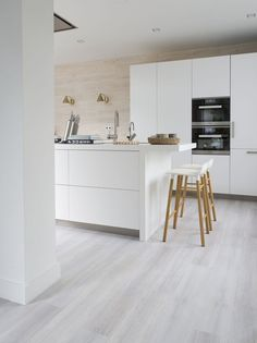 A bright floor that meets every style of furnishing. With this floor you can . - A bright floor that meets every style of furnishing. With this floor daring color combinations can - White Laminate Flooring, Grey Vinyl Flooring, Vinyl Flooring Kitchen, Living Room Flooring, Home Decor Kitchen, Kitchen Furniture, Kitchen Interior, Home Kitchens, Furniture Stores