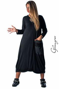 """Abito 4134 in lana e viscosa, con applicazione di una doppia grande tasca sulla parte anteriore, in contrasto di tessuto e pizzo macramè.  La parte posteriore dell'abito è dello stesso tessuto a costine della tasca.  Taglia unica, vestibilità fino ad una 52/54.  """"G"""" in metallo applicata sulla parte posteriore."""
