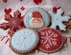 Icing cookies: Santa and snowflakes by Evelindecora (Cake Pops Weihnachten) Christmas Sugar Cookies, Christmas Sweets, Christmas Cooking, Noel Christmas, Christmas Goodies, Holiday Cookies, Gingerbread Cookies, White Christmas, Christmas Cakes