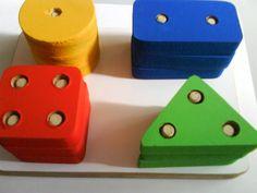 Prancha de Seleção. Indicado para crianças de 1 a 3 anos. Para reconhecimento das cores, figuras geométricas e coordenação motora para encaixe.  Possui 3 peças de cada formato.
