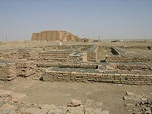 Restos de la ciudad de Ur con el Zigurat de Ur-Nammu al fondo. Restaurado en los años 70 para atraer turistas al área de Nasiriya.