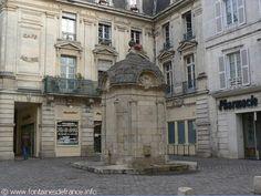 La Fontaine du Pilori Elle est située sur une placette à l'angle des rues du Minage et du Cordouan. À l'origine, la fontaine s'appelait « Fontaine du Puits Lori » et était au fond d'une énorme excavation circulaire de six mètres (20 pieds) de diamètre, dans laquelle il fallait descendre par l'un des deux escaliers en forme de fer à cheval, d'accès difficile et dangereux, notamment en hiver. En 1711 la fosse est comblée, et en 1722, la fontaine ramenée au niveau du sol, est de nouveau…