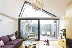 modernes und gemütliches Wohnzimmer mit Hintergarten
