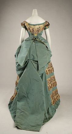 Ball gown House of Worth (French, Designer: Charles Frederick Worth (French (born England), Bourne Paris) Date: ca. Victorian Era Fashion, 1870s Fashion, Victorian Gown, Vintage Fashion, Vintage Outfits, Vintage Gowns, Vintage Mode, Antique Clothing, Historical Clothing