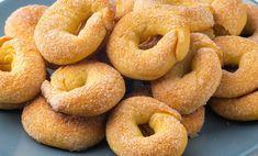 """Biscuiții de casă """"Inele cu zahăr"""" reprezintă un desert deosebit de savuros și apetisant, iar procesul de preparare este o adevărată plăcere. Veți folosi cele mai simple și accesibile ingrediente, ce sunt prezente în fiecare bucătărie. Obțineți niște biscuiți aromați, cu crustă crocantă și moi în interior. Combinându-se perfect cu orice băutură caldă, aceștia vor fi pe placul tuturor. INGREDIENTE -450 g de făină -250 ml de chefir (cel mai bine e să folosiți chefir de casă) -100 ml ulei de…"""