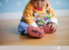 Toy story photo idea Toy Story Baby, Toy Story Theme, Toy Story Birthday, Outdoor Sibling Photography, Toddler Photography, Toy Story Costumes, Baby Costumes, Toy Story Halloween, First Birthday Photos