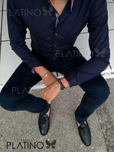 """Disfruta cada momento!!   Conjunto diseñado para una ocasión casual y/o formal, compuesto por una camisa marino con detalle de franja bitono sobre los botones creando un contraste ideal, pantalón de gabardina marino y mocasines  negros de cocodrilo con mota, complemento de accesorios macrame en oro 18K; Artículos hechos en México por la marca """"Moon & Rain"""" y de venta exclusiva en """"Tiendas Platino""""    #TiendasPlatino #Moda #Hombre #Camisa #Pantalón #Calzado#Mocasín #Outfit #Mens #Fashion…"""