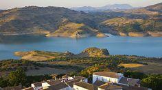 """Spanien-Wer mit dem Reisemobil in Andalusien unterwegs ist, kann sich auf die Ruta de los Pueblos Blancos begeben. Die """"Straße der weißen Dörfer"""" im Süden Spaniens ist eine Landstraßenroute, die zum Teil durch die bergige Landschaft Andalusiens führt. Mehrere für die Region typische Dörfer und Kleinstädte finden sich entlang der Strecke. Ihren Namen verdankt die Route den Orten mit ihren weiß gekalkten Häusern, die die Landschaft dominieren. Die Pueblos Blancos befinden sich in den…"""