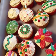 Decoration ideas for Christmas cupcakes - A Southern Outdoor Cinema movie snack & food idea for outdoor movie events.